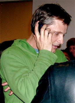 Viggo Mortensen hablando por teléfono